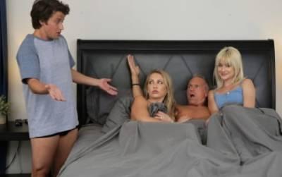 Секс молодой пары на кровати порно фото